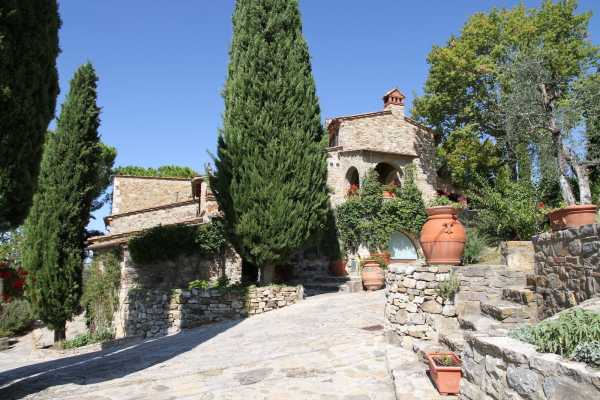 Book now your holiday in this farmhouse with a swimming poo for rent in Castellina in Chianti in the province of Siena in Tuscany